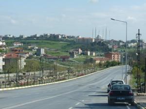 Diversité de l'habitat : à gauche une cité fermée, au centre des apartkondu éparpillés, en arrière-plan l'habitat plus dense du centre d'Arnavutköy (E.A)
